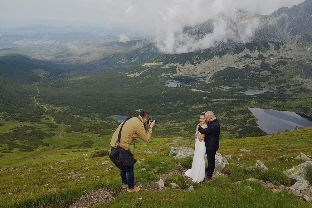 Fotograf ślubny podczas sesji na Kasprowym Wierchu