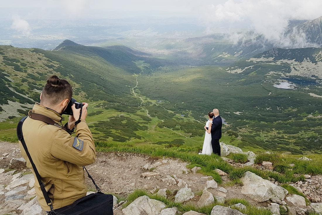 fotograf podczas warsztatów fotograficznych
