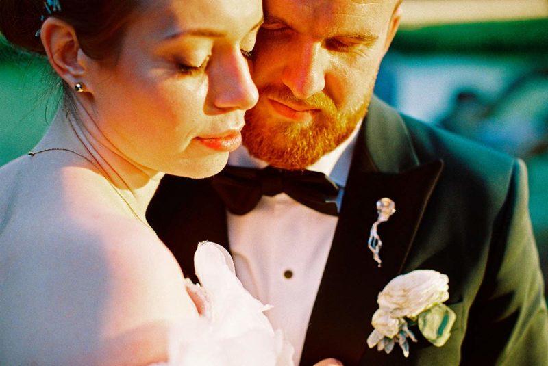 analogowa fotografia ślubna pary młodej