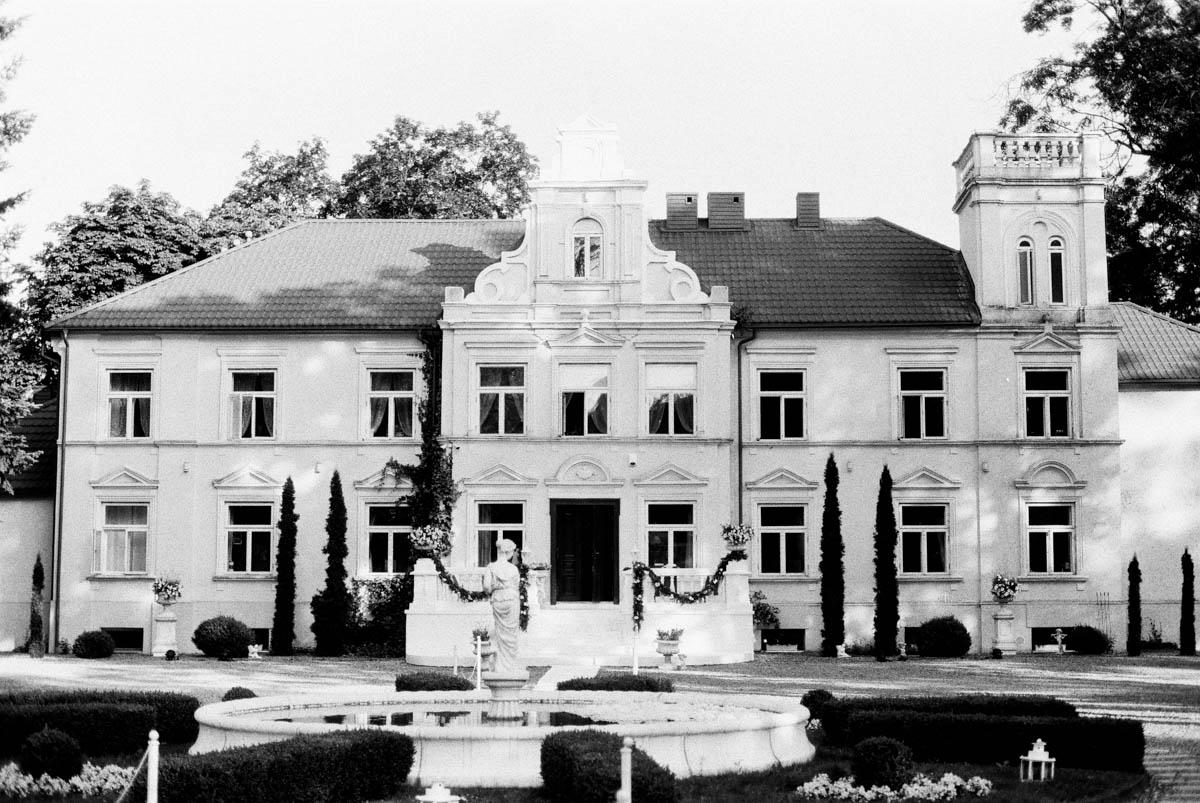 analogowa fotografia ślubna w pałacu w pstrokoniach