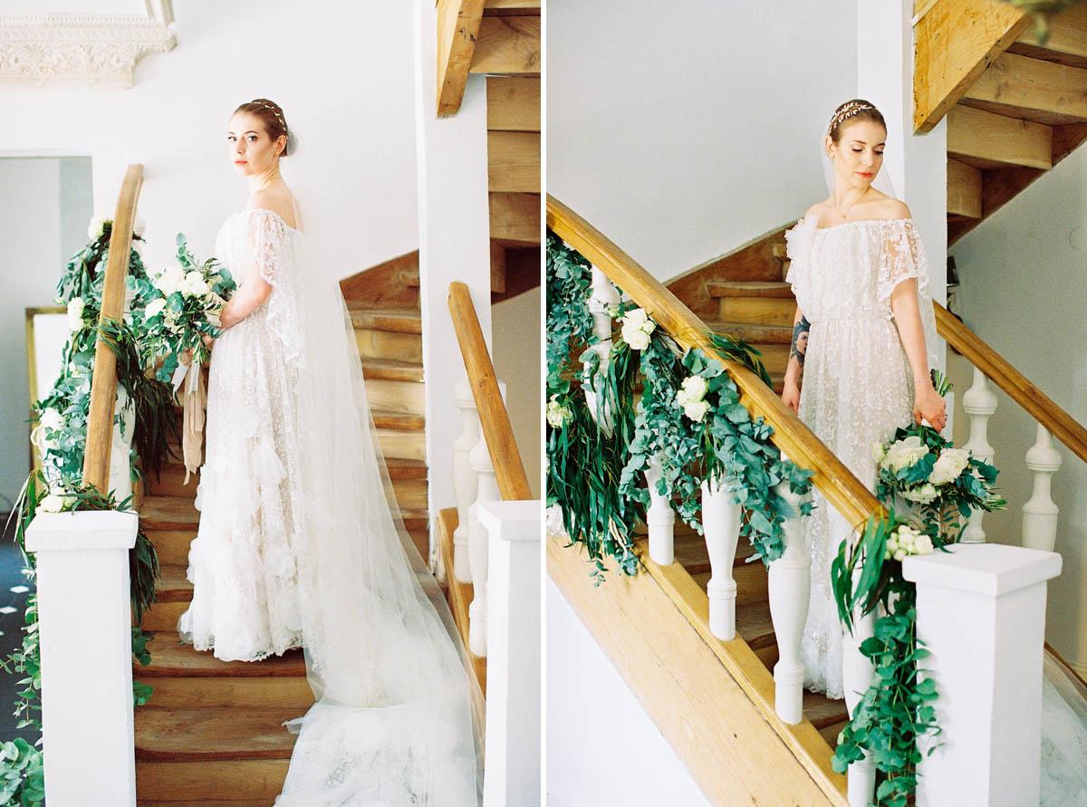 analogowa fotografia ślubna panny młodej przed wyjściem do kościoła