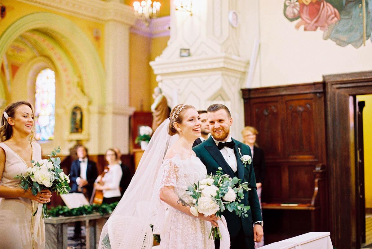 analogowa fotografia ślubna zamiast cyfrowej w kościele