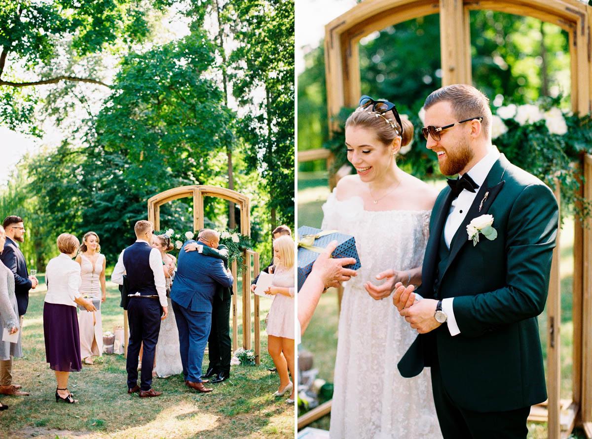 analogowa fotografia ślubna podczas wesela w plenerze