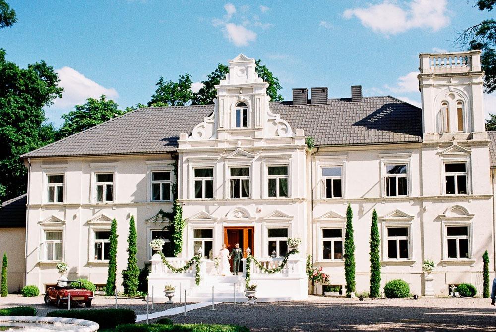 analogowy reportaż ślubny w pałacu w Pstrokoniach
