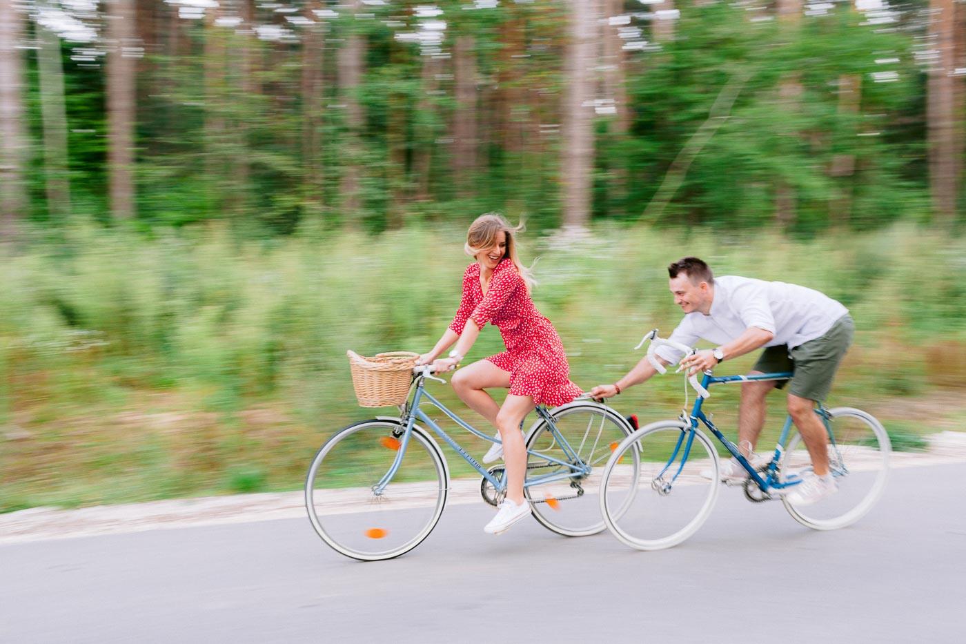 sesja narzeczeńska z rowerami w lesie