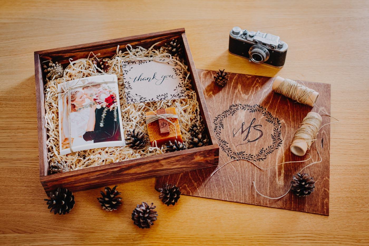 Drewniane pudełko na zdjęcia ślubne i pendrive