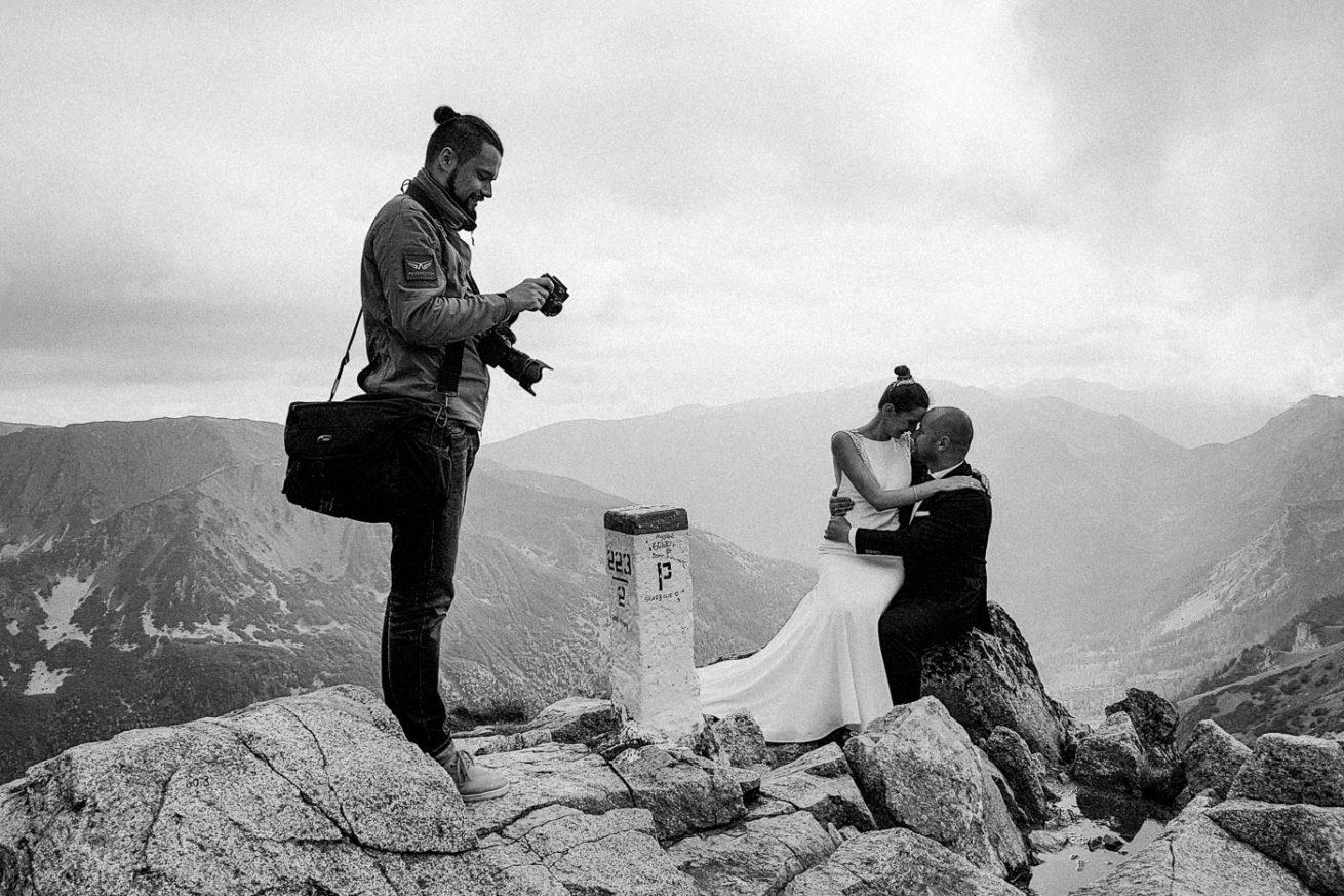 fotograf ślubny podczas sesji na kasprowym wierchu w tatrach