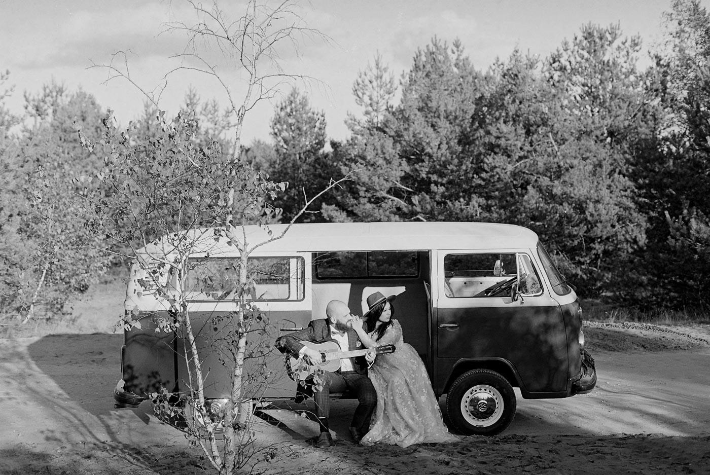 sesja ślubna w lesie z gitarą