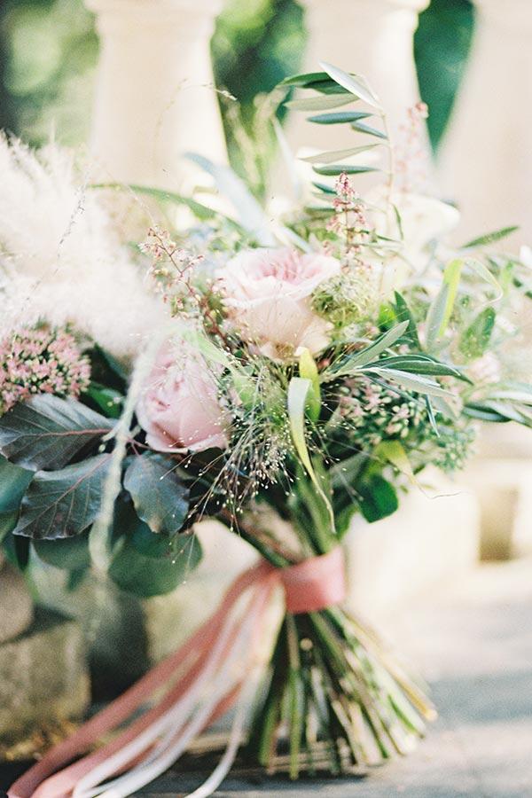 analogowa fotografia ślubna bukietu ślubnego